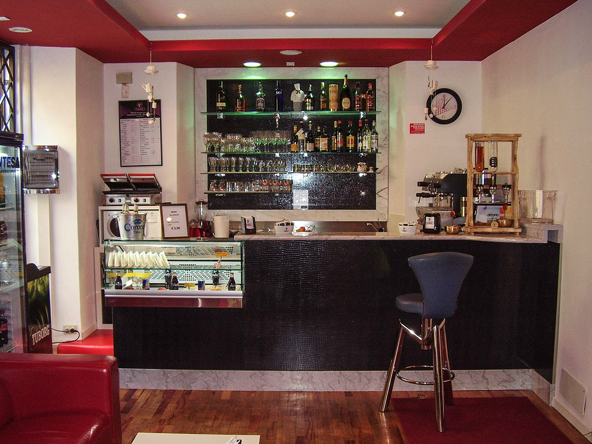Arredamento bar ab arredamenti negozi tivoli for Arredi per bar