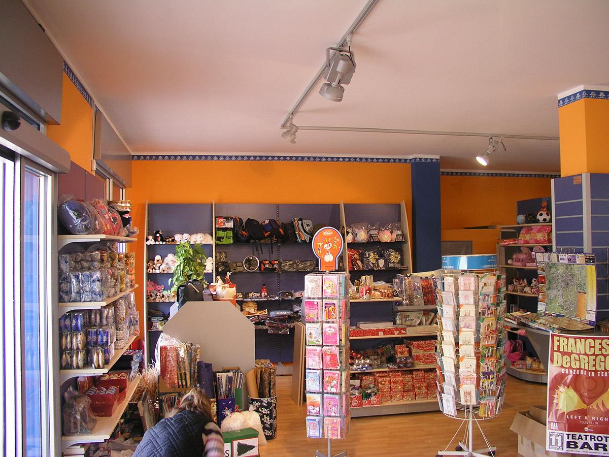 Arredi per edicole e cartolerie ab arredamenti negozi for Ab arredamenti