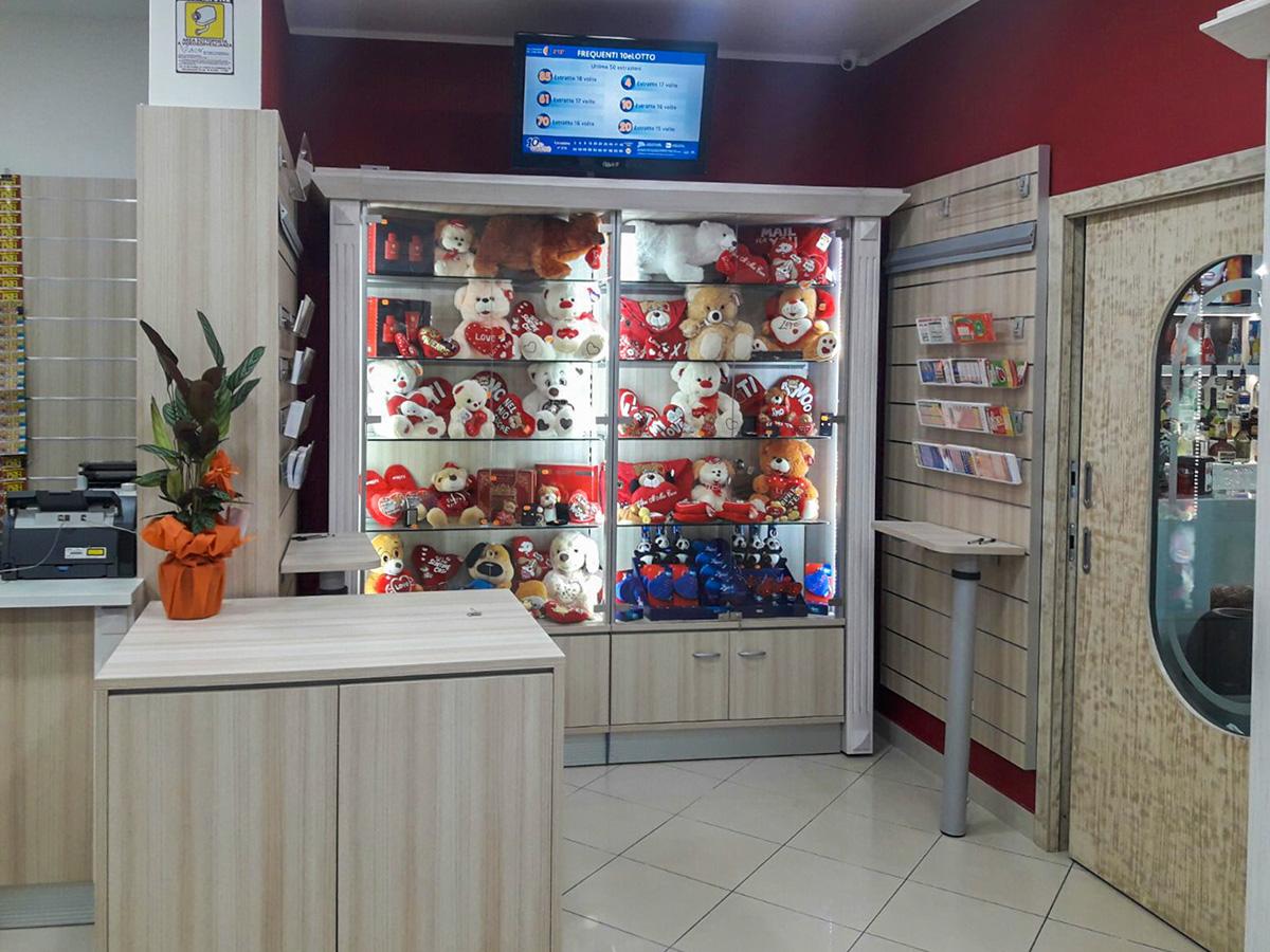 Arredamenti per tabaccherie ab arredamenti negozi tivoli for Arredamento tabaccheria prezzi